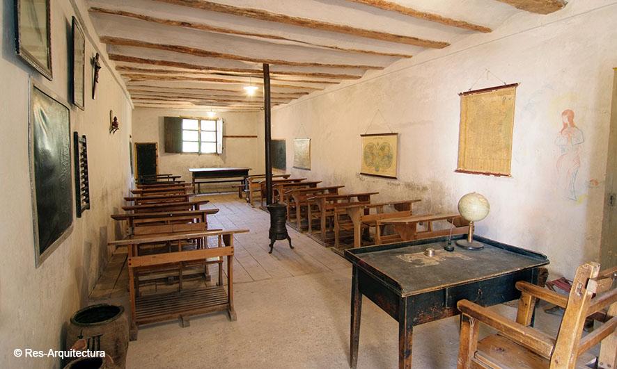Interior de la escuela de la aldea de Sesga