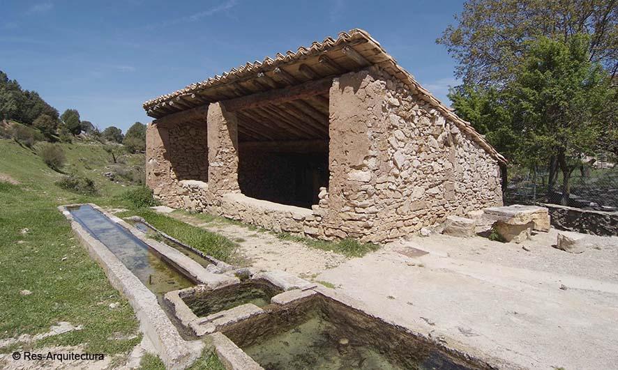 Conjunto fuente, abrevadero, lavadero en la aldea de Sesga